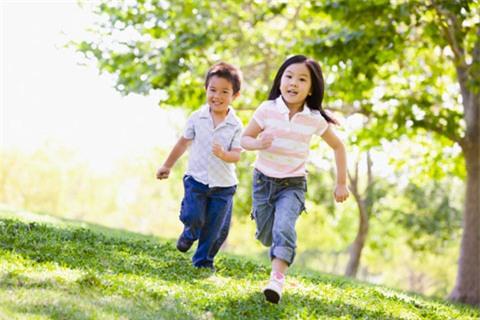 cho trẻ vận động sáng sớm