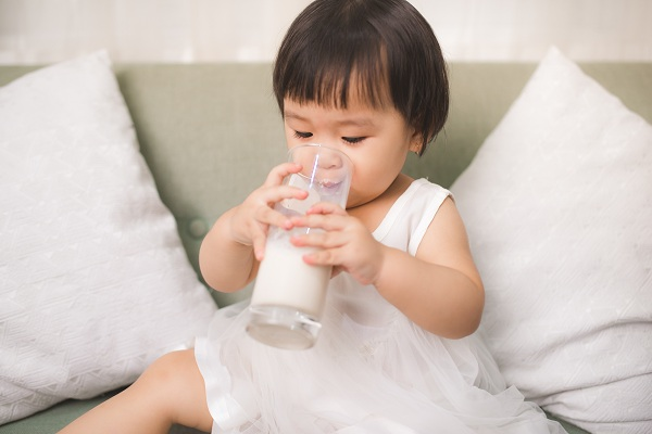 cho trẻ uống sữa