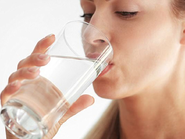 uống nước là cách hạ men gan