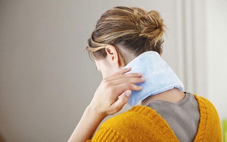 Chườm ấm để giảm đau nhức xương khớp toàn thân